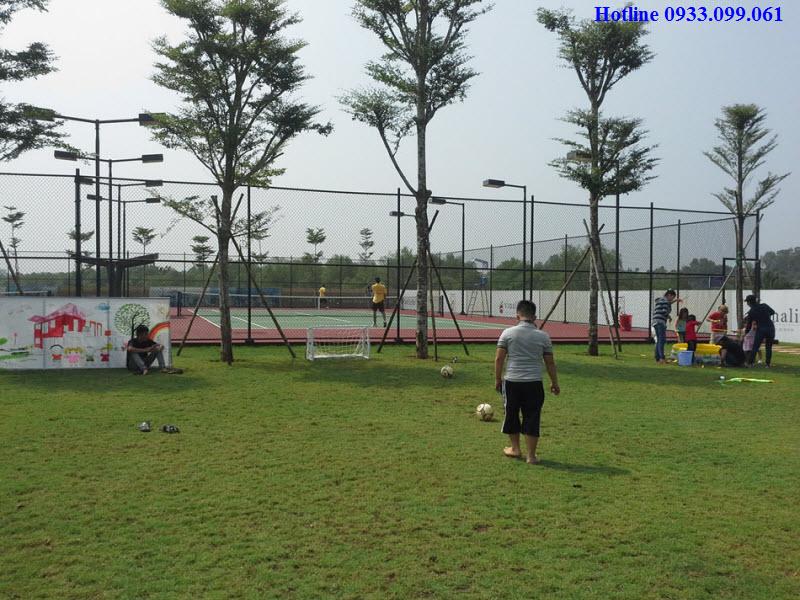 Hình ảnh hồ  bơi và sân tennis tại biệt thự đảo Đại Phước Lotus